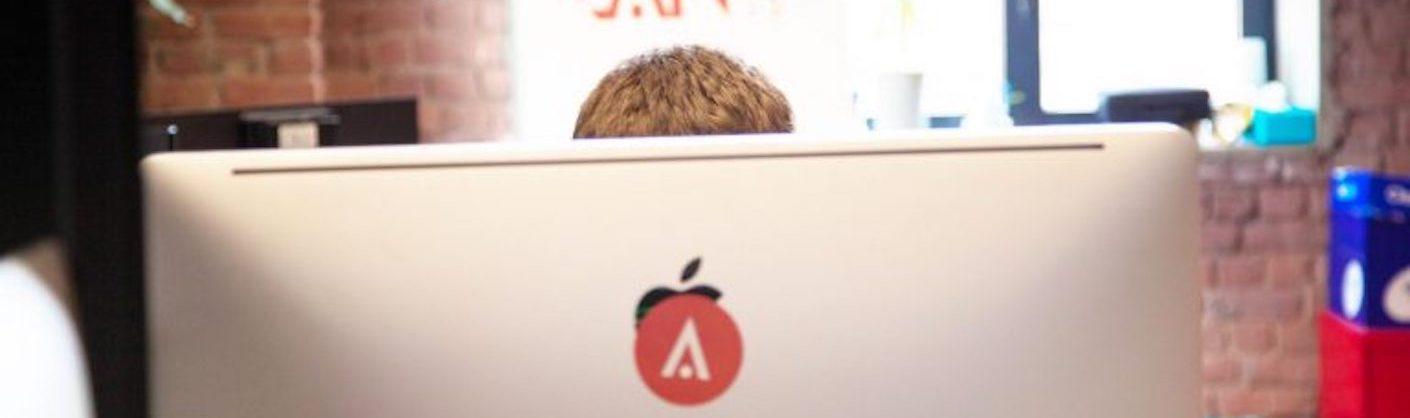 personne derrière un écran d'ordinateur