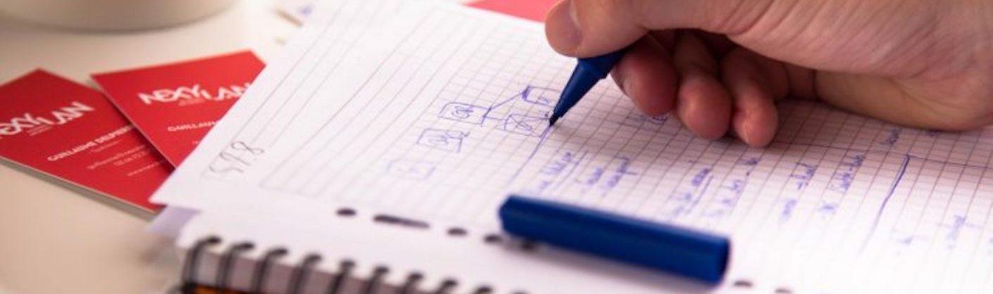 mains écrivant sur un carnet