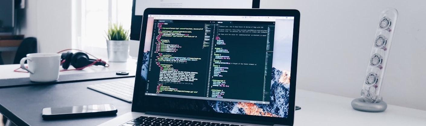 écran d'ordinateur avec du code à l'écran