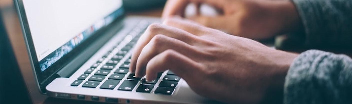 mains sur clavier