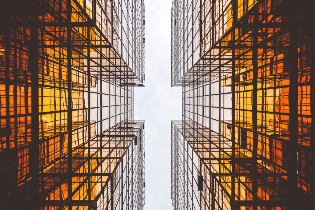 Photo d'immeubles vus du bas